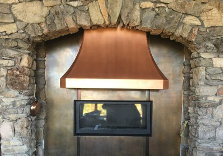 COPPER KITCHEN HOOD WITH BRASS PATINA FINISH BACKSPLASH